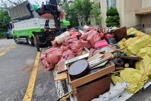 저장강박증 있는 80대 집 치워보니…쓰레기 7톤 나와